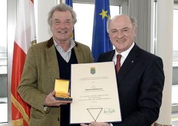 Prof. Michael Birkmeyer erhielt für seine Verdienste um das Bundesland Niederösterreich das Große Goldene Ehrenzeichen von Landeshauptmann Dr. Erwin Pröll überreicht (v.l.n.r.).