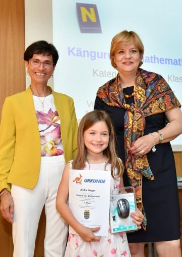 Landesschulinspektorin Hermine Rögner (links) und Landesrätin Barbara Schwarz (rechts) gratulierten Anika Hager (Mitte) aus der Volksschule Schönberg/Kamp, die zur besten Mathematikerin der ersten Klasse Volksschule in Niederösterreich gekürt wurde.