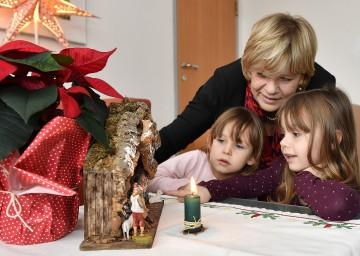 Landesrätin Mag. Barbara Schwarz freut sich mit Johanna (links) und Theresa (rechts) auf das bevorstehende Weihnachtsfest