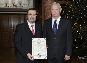 """Komitatspräsident Imre Polgárdy überreichte Landtagspräsident Hans Penz den """"Verdienstorden des Komitates Veszprém."""