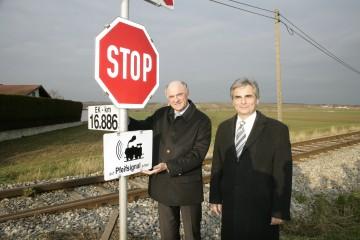 Mehr Sicherheit an Eisenbahnkreuzungen in Niederösterreich. Im Bild LH Dr. Erwin Pröll und BM Werner Faymann an der Eisenbahnkreuzung in Groß-Engersdorf im Bezirk Mistelbach.