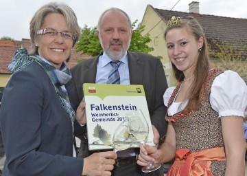 Tourismus-Landesrätin Dr. Petra Bohuslav, der Bürgermeister der diesjährigen Weinherbst-Gemeinde Falkenstein, Leopold Richter, und die Veltlinerland-Weinprinzessin Sarah Rieder freuen sich bereits auf den Weinherbst 2012 (v.l.n.r.).