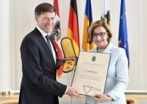 Die Verleihung des Ehrenzeichens wurde durch Landeshauptfrau Mag. Johanna Mikl-Leitner vorgenommen.