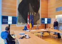 Christof Constantin Chwojka von Notruf NÖ (rechts) erklärte die Durchführung der Selbsttests.