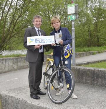 Im Bild von links nach rechts: Herbert Greisberger (Geschäftsführer der Energie- und Umweltagentur Niederösterreich) und Landesrätin Barbara Schwarz präsentieren die neue Broschüre zu den 28 schönsten Radtouren durch die Europaregion Donau Moldau am Traisental-Radweg in St. Pölten, der ebenfalls in der Publikation vertreten ist.