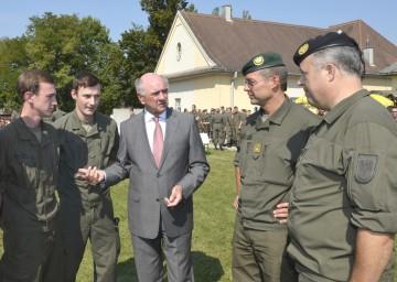 Landeshauptmann Dr. Erwin Pröll im Gespräch mit Grundwehrdienern und dem niederösterreichischen Militärkommandanten Rudolf Striedinger sowie Kommandant Oberst Reinhard Koller