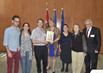 Im Bild von links nach rechts: David Schwebel, Verónica Schwebel, Patrick Kubin, Landesrätin Mag. Barbara Schwarz, Dr. Martha Keil, Nelly Wolf, Pedro Schwebel