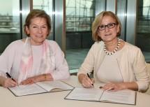 Landeshauptfrau Johanna Mikl-Leitner (rechts) und Sonja Zwazl (links), die Präsidentin der Wirtschaftskammer Niederösterreich (WKNÖ): NAFES-Abkommen für die Periode 2018 bis 2020 unterzeichnet.