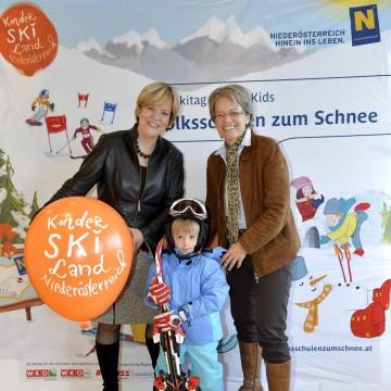 Skigebiete in Niederösterreich bieten spezielle Angebote für Kindergartenkinder: Landesrätin Mag. Barbara Schwarz und Landesrätin Dr. Petra Bohuslav (v.l.n.r.).