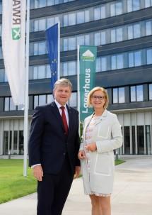 Generaldirektor Reinhard Wolf und Landeshauptfrau Johanna Mikl-Leitner vor dem neungeschossigen RWA-Bürogebäude in Korneuburg