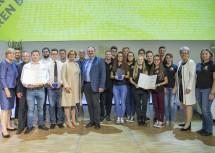 Die besten Projekte bei der Science Fair kamen von der Landesberufsschule Mistelbach und dem Bundesrealgymnasium Waidhofen/Ybbs. Im Bild die Vertreter der Schulen mit den Ehrengästen.