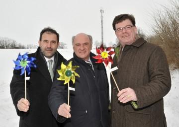 DI Dr. Boris Nemsic (CEO mobilkom austria), LH Dr. Erwin Pröll und Bürgermeister Ing. Christian Resch (v.l.n.r.) bei der Eröffnung der ersten windbetriebene Mobilfunkstation in Eibesthal bei Mistelbach.