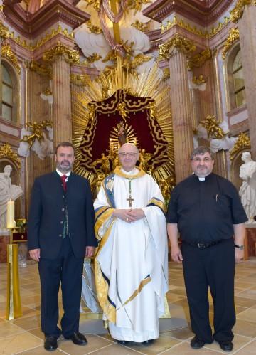 Landtagspräsident Hans Penz, Abt Matthäus Nimmervoll und Pfarrer Johannes Schörgmayer vor dem Altar.