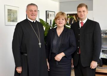Abt Wolfgang Maria Hagl von der Benediktinerabtei Metten, Landesrätin Barbara Schwarz und Bezirkstagspräsident Olaf Heinrich von Niederbayern in St. Pölten (v.l.n.r.)