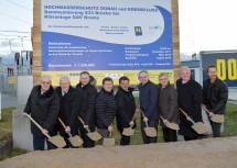 Spatenstich für die Sanierung des Theißer Dammes mit LH-Stellvertreter Dr. Stephan Pernkopf (4.v.r.) und dem Kremser Bürgermeister Dr. Reinhard Resch (2.v.r.), dem Gedersdorfer Bürgermeister Ing. Franz Brandl (4.v.l.) und Wasserverbandsobmann Heinz Stummer (3.v.r.)