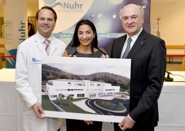 Präsentierten den geplanten Neubau des Nuhr Medical Centers in Senftenberg: der Ärztliche Leiter Univ.-Doz. Dr. Martin Nuhr, die Kaufmännische Leiterin Mag. Mayra Nuhr und Landeshauptmann Dr. Erwin Pröll (v.l.n.r.)