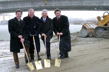 Im Kremser Hafen wird eine Hochwasserschutzanlage gebaut. Landesrat Ernst Gabmann und Staatssekretär Mag. Helmut Kukacka nahmen heute den Spatenstich für die 4,6 Millionen Euro teure Anlage vor.