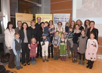 Familien-Landesrätin Mag. Barbara Schwarz mit den Absolventinnen des Lehrganges zur Leitung einer Eltern-Kind-Gruppe im NÖ Landhaus in St. Pölten.
