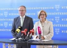 Pressekonferenz im NÖ Landhaus: Landeshauptfrau Johanna Mikl-Leitner mit LH-Stellvertreter Stephan Pernkopf.