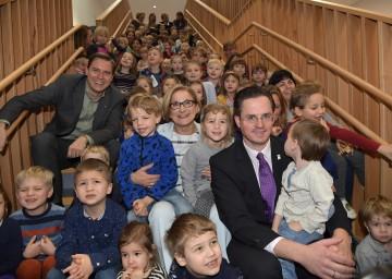 Landeshauptfrau Johanna Mikl-Leitner (Mitte), Bürgermeister Stefan Schmuckenschlager (rechts vorne) und Landtagsabgeordneter Christoph Kaufmann (links) inmitten von Kindern bei der Eröffnung des neuen Kindergartens in Kritzendorf.