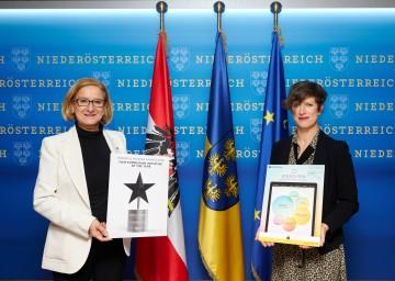 Landeshauptfrau Johanna Mikl-Leitner und Dietlind Rott (Lower Austrian Film Commission) freuen sich über die Auszeichnung.
