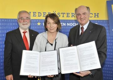 Vertragsunterzeichnung zur Verlängerung der NAFES-Aktion: Landeshauptmann Dr. Erwin Pröll, Wirtschaftskammer-Präsidentin Sonja Zwazl und KR Peter Kastner.