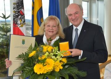 """Das \""""Große Goldene Ehrenzeichen für Verdienste um das Bundesland Niederösterreich\"""" erhielt die Sängerin und Schauspielerin Prof. Marianne Mendt von Landeshauptmann Dr. Erwin Pröll. (v.l.n.r.)"""