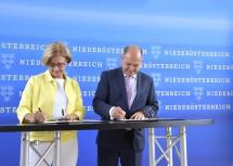 Landeshauptfrau Johanna Mikl-Leitner und Innenminister Wolfgang Sobotka bei der Unterzeichnung des Sicherheitspaktes (v.l.n.r.)