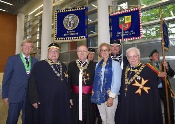 Ehrungen der Europäischen Weinritterschaft für Landeshauptfrau Johanna Mikl-Leitner und Propst Bernhard Backovsky.