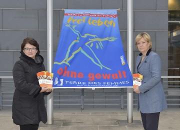 """Auftakt zur Kampagne """"16 Tage gegen Gewalt"""": Mag. Barbara Wegscheider, Leiterin des Familien- und Beratungszentrums St. Pölten, und Familien- und Sozial-Landesrätin Mag. Barbara Schwarz. (v.l.n.r.)"""