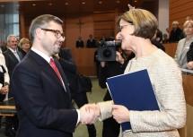Landeshauptfrau Mag. Johanna Mikl-Leitner gratulierte dem neuen Landesrat DI Ludwig Schleritzko zur Wahl.