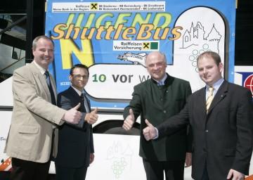 """Vorbildliche Initiative """"Jugend-Shuttlebus Harmannsdorf"""". Im Bild: Projektleiter Stefan Helm, Landeshauptmann Dr. Erwin Pröll, Initiator Peter Keller und LAbg. Hermann Haller (v.r.n.l.)"""