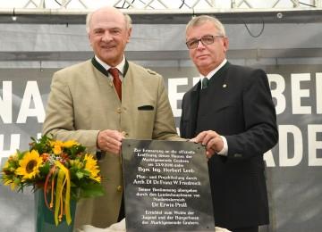 Enthüllung der Einweihungstafel durch Landeshauptmann Dr. Erwin Pröll und Bürgermeister Ing. Herbert Leeb. (v.l.n.r.)