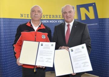 Landeshauptmann Dr. Erwin Pröll und Landesleiter Franz Lindenberg unterzeichneten den neuen Fördervertrag zwischen dem Land NÖ und der NÖ Bergrettung.