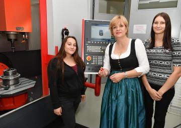 Lehrlinge zeigten Landesrätin Barbara Schwarz die Handhabung und das Programmieren einer CNC-gesteuerten Fräsmaschine im Rahmen der automatisierten Fertigungstechnik an der LBS Amstetten.