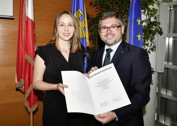 Stipendiatin Kerstin Kraus bekam ein Stipendium von Landesrat Ludwig Schleritzko überreicht. (v.l.n.r.)