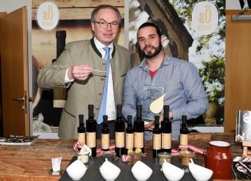"Im Bild von links nach rechts: Agrar-Landesrat Dr. Stephan Pernkopf, ""Öl-Kaiser"" Georg Gilli."