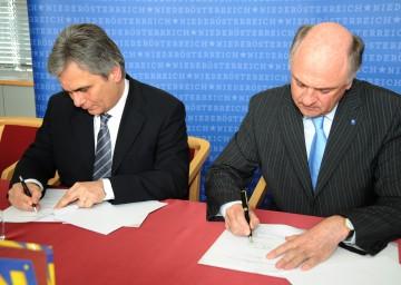 17 gefährliche Eisenbahnkreuzungen in NÖ werden ausgebaut. Landeshauptmann Dr. Erwin Pröll und Bundesminister Werner Feymann unterzeichneten heute den Vertrag für den Ausbau dieser unbeschrankten Bahnübergänge.