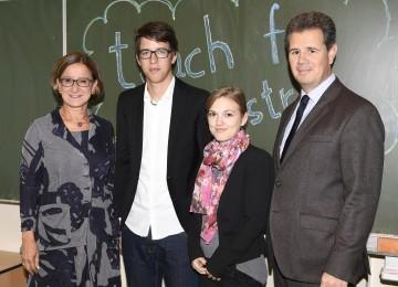 """""""Teach for Austria"""" in Niederösterreich: Landeshauptmann-Stellvertreterin Mag. Johannes Mikl-Leitner, die \""""Fellows\"""" Felix Stadler und Jana Fälbl sowie IV NÖ-Präsident Thomas Salzer. (v.l.n.r.)"""