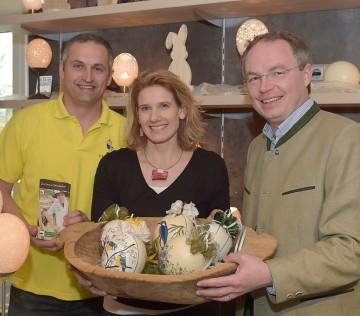 Agrar-Landesrat Dr. Stephan Pernkopf (rechts) mit Straußenostereiern beim Straußenhof Ebner in Winklarn.