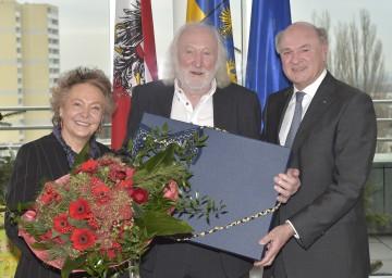 Landeshauptmann Dr. Erwin Pröll überreichte Karl Merkatz, im Bild mit Gattin Martha, zu seinem 85. Geburtstag den Niederösterreich-Anzug.