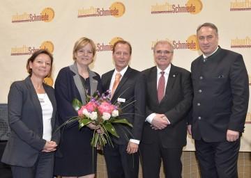 Im Bild von links nach rechts: Geschäftsführerin Karin Voggeneder, Landesrätin Barbara Schwarz, Geschäftsführer Christian Voggeneder, Justizminister Wolfgang Brandstetter, Bürgermeister Josef Schmidl-Haberleitner