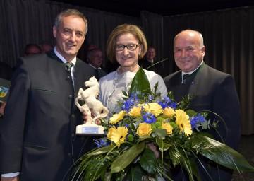 Eröffnung des neuen Gemeindezentrums in Matzendorf-Hölles mit Vizebürgermeister Leopold Schagl, Landeshauptfrau Johanna Mikl-Leitner und Bürgermeister Johann Grund (v.l.n.r.)