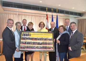 Letzte Sitzung der NÖ Landesregierung unter dem Vorsitz von Landeshauptmann Dr. Erwin Pröll: Als Geschenk  wurde ein Bild mit Fotos sämtlicher Regierungsteams der vergangenen 25 Jahre überreicht.