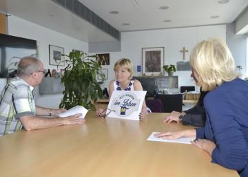 """Senioren-Landesrätin Mag. Barbara Schwarz präsentiert das Logo \""""mittendrin im Leben\""""."""