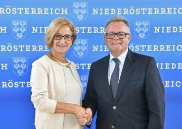 Landeshauptfrau Johanna Mikl-Leitner und Landeshauptmann Hans Niessl nach der Pressekonferenz im NÖ Landhaus in St. Pölten (v.l.n.r.)