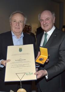 """Landeshauptmann Dr. Erwin Pröll überreichte Prof. Dr. Helmut Zambo das \""""Große Goldene Ehrenzeichen für Verdienste um das Bundesland Niederösterreich\""""."""