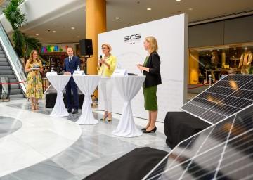 Photovoltaikanlage auf der Shopping City Süd durch Eigentümervertreter Paul Douay, Landeshauptfrau Johanna Mikl-Leitner und Bundesministerin Leonore Gewessler (v.l.n.r.) offiziell in Betrieb genommen.