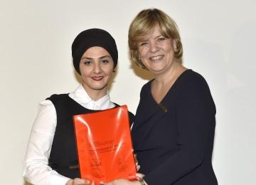 Landesrätin Mag. Barbara Schwarz übergibt das Diplom an die Interkulturelle Mitarbeiterin Tülay Polat im Rahmen der gestrigen Festveranstaltung.