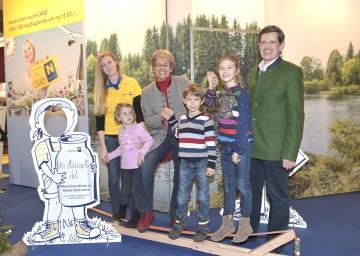 Im Bild von links nach rechts: Anna Fechter von der Niederösterreich-Werbung, Ylvi, Tourismuslandesrätin Dr Petra Bohuslav, Emil, Sophia und Prof. Christoph Madl, Geschäftsführer der Niederösterreich-Werbung.